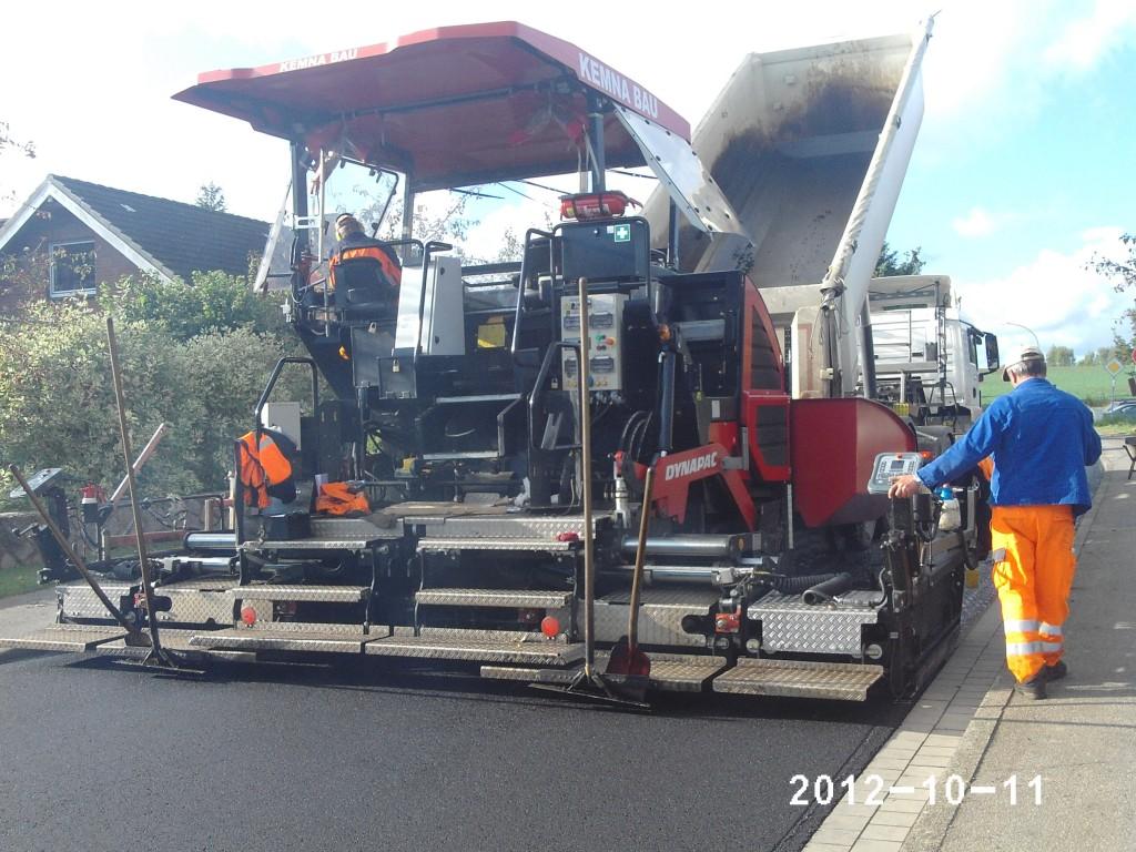 Danach wird der neue Asphalt aufgetragen; Foto: P. Melchin