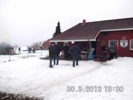 es kamen viele zum Osterfeuer trotz Schnee Foto: K. Kastenholz