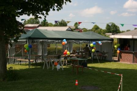 Die Zelte sind aufgebaut und geschmückt und warten auf die Eröffnung des Kinderfestes
