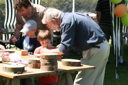 Basteln mit Holz - Martin Töpper hilft den Kleinen Olympioniken. Ein Bild aus Holz zu erstellen  (Foto:R.Böcker)
