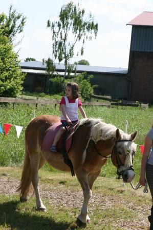 Auch das Ponyreiten auf festlich geschmückten Pferden aus dem Wiesenstall von Maria Bremer durfte nicht fehlen  (Foto:R.Böcker)