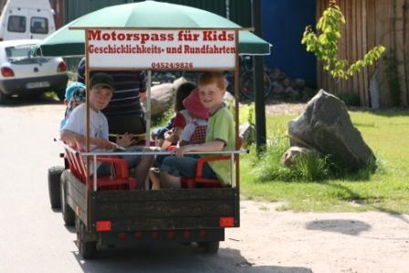 Auch mit einem Trecker konnten kleinere und größere Kinder ihre Geschicklichkeit testen. (Foto:R.Böcker)